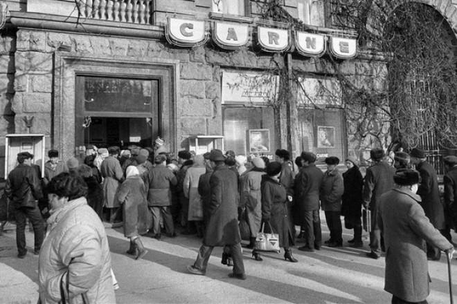 Cum te obliga regimul comunist să cumperi gheare de pui