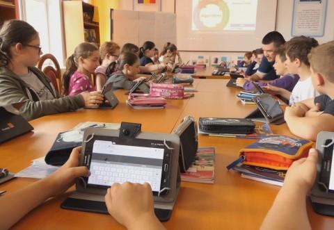 Elevii dintr-un sat din Prahova învață matematică și informatică în laboratorul Digitaliada