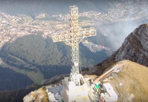 VIDEO - Lucrări de amploare pentru reabilitarea Crucii Caraiman. Imagini spectaculoase surprinse la înălțime