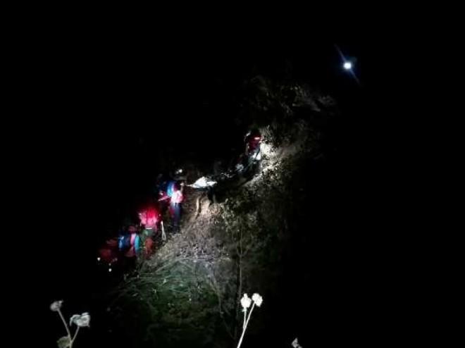 Turiști blocați luni seară pe Valea Caraimanului, fără lanterne, pe o ploaie torențială