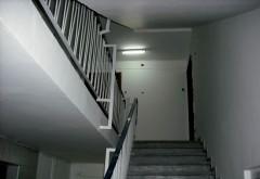 Descoperire macabra la Plopeni. Un barbat a fost gasit decedat pe scara blocului dupa ce a cazut de la etajul 4
