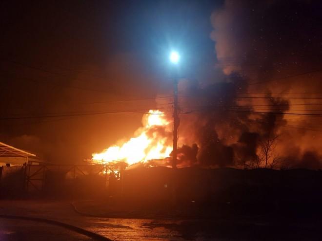 INCENDIU DEVASTATOR la fabrica de saltele din Urlati. Zeci de persoane au fost evacuate din cauza fumului gros. Fabrica arde in intregime