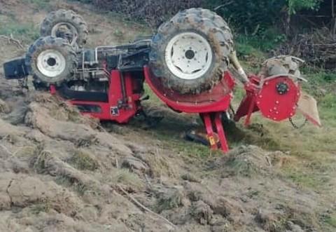 Tragedie in Prahova, la Filipeștii de Pădure. Un barbat a murit strivit de tractorul pe care il conducea