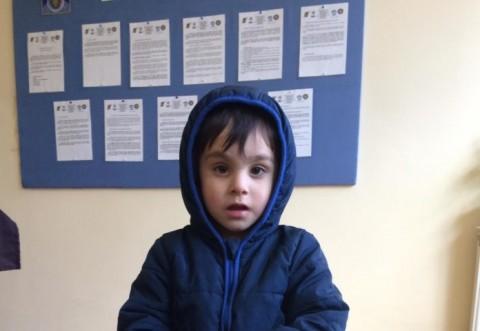 Un copil de trei ani a fost găsit pe stradă, in Ploiesti. Poliția încearcă să-i găsească părinții