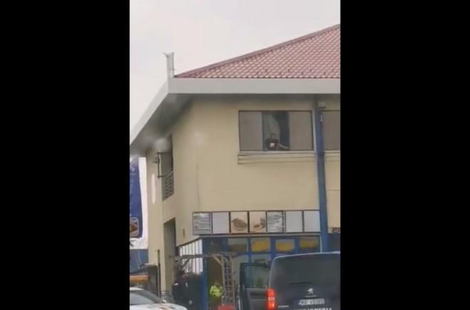 Barbatul aflat in izolare la Motel Petrom din Ploiesti a facut iar scandal. Politistii au gasit droguri in camera acestuia