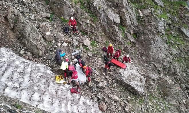 O turista a cazut intr-o râpã, in Bucegi. Salvamontistii din Busteni s-au chinuit 10 ore sa o salveze