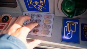 Este posibil să vă fi dispărut bani de pe card. Sunați URGENT la bancă. Instituția a dublat toate tranzacțiile voastre, din greșeală