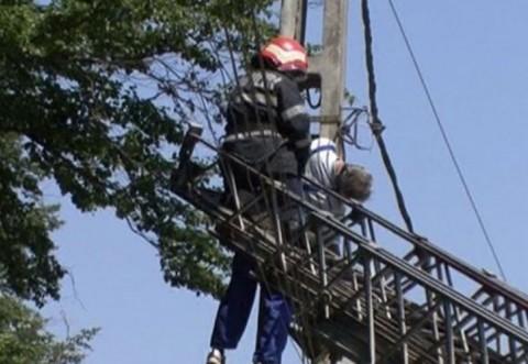 Pompierii ISU Prahova, adevaratii salvatori: Barbat electrocutat, ramas agatat pe un stalp, salvat de echipajele ISU