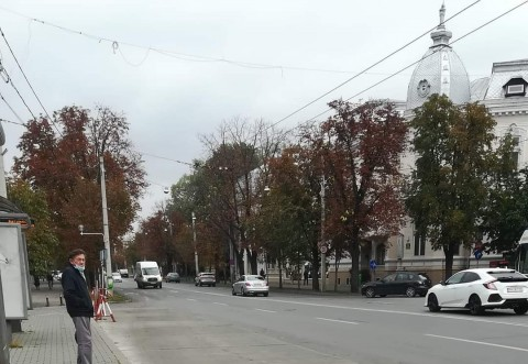 Urna electorala, acuncata pe strada, pe Bulevard