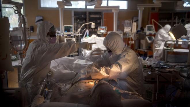 Cel mai mare număr de decese din cauza COVID-19 de la începutul pandemiei. Nou record de pacienți internați la ATI
