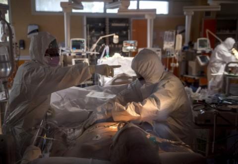 Cel mai mare număr de îmbolnăviri și de decese de la începutul pandemiei. La ATI sunt 778 de pacienți COVID