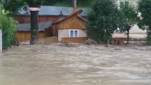 Vreme dezlantuita in Prahova. Inundatii in mai multe localitati