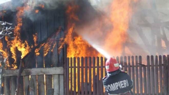 Incendiu puternic in Cocorastii Colt. Un barbat a suferit arsuri