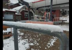 Bucuria copiilor, joaca în zăpadă/Monitorii din Azuga se pregătesc pentru sezonul de schi
