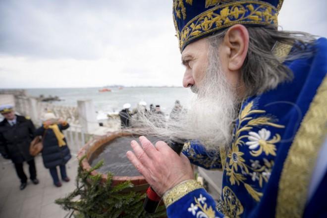 Tradiţii şi obiceiuri de Bobotează: Fetele pun busuioc sub pernă, bărbaţii scot crucea din apă