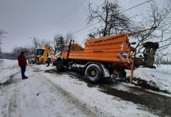 Utilaj de deszăpezire răsturnat, în Prahova