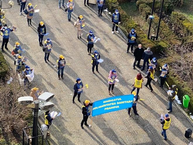 Sanitas protesteaza si astazi, in fata Prefecturii Prahova, impotriva inghetarii salariilor