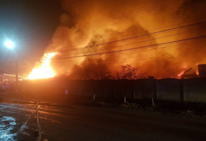 INCENDIU in Parcul Industrial Ploiesti Vest. Arde un utilaj de recirculare a gazelor, 100 de angajati au fost EVACUATI