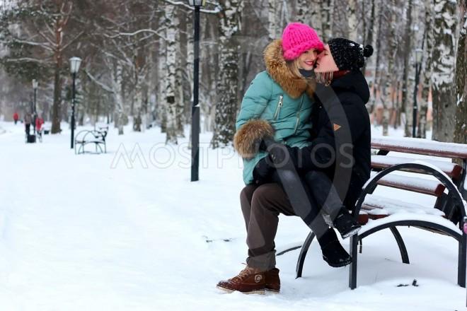 Doi adolescenți care se sărutau într-un parc din Ploiești au fost amendați de un polițist local pentru că nu purtau mască