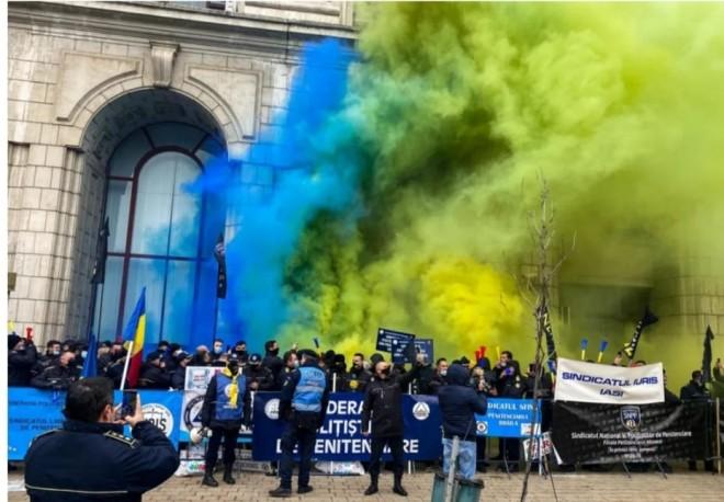 Polițiștii au protestat împotriva înghețării salariilor cu fumigene în culorile Petrolului