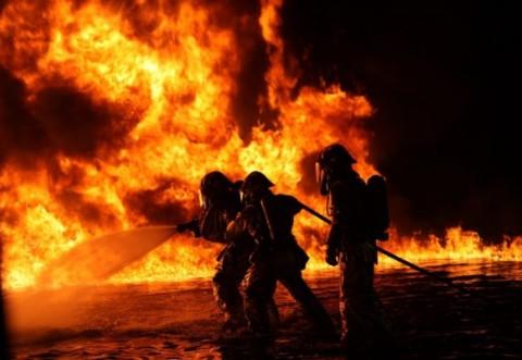 Incendiu urias in satul Inoteşti, comuna Colceag. Doua victime in stare grava, focul a cuprins mai multe masini, un TIR, si arde pe o suprafata de 700mp