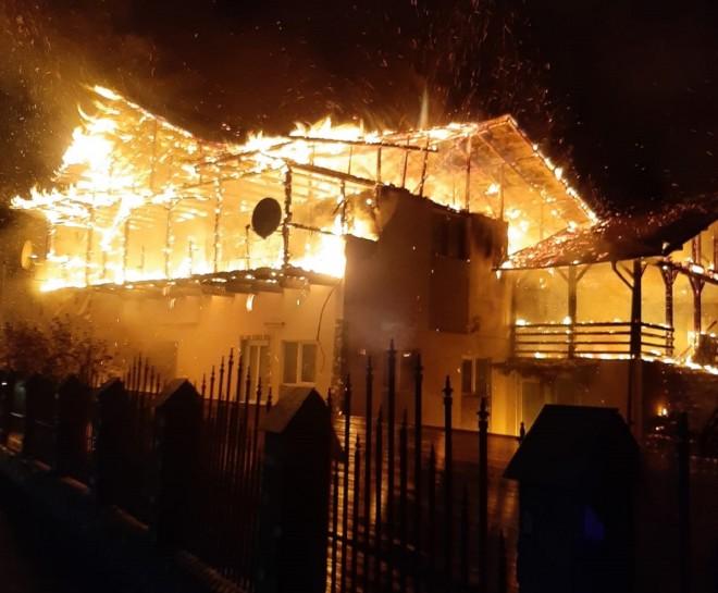 Apel pentru o educatoare din Prahova a cărei casă a fost mistuită de flăcări, sâmbătă seară