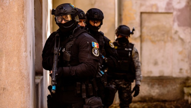 9 politisti au TORTURAT doua persoane care i-au atentionat ca nu poarta masca. Apoi i-au abandonat in camp, in bezna, departe de casa