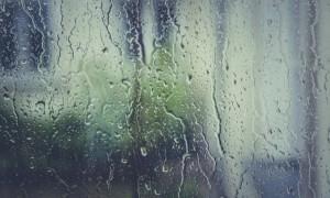 Se strică vremea, la sfârșitul săptămânii. ANM anunță averse, descărcări electrice, grindină, dar și… ninsori