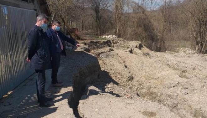 Alunecari de teren si drumuri blocate, in mai multe localitati din Prahova