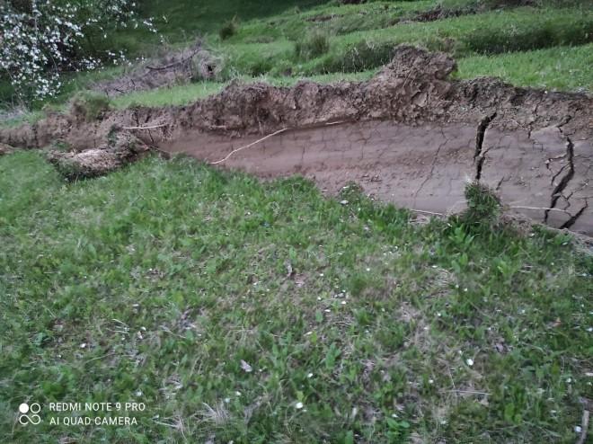 Alerta! Alunecare masiva de teren in comuna Varbilau. Mai multe case, in pericol de prabusire