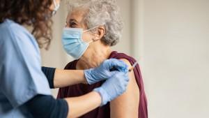 """A treia doză pentru cei peste 50 de ani. Când se vor putea vaccina vârstnicii cu """"supra-rapelul"""""""