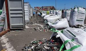 Dosar penal în cazul transportului de deșeuri din Germania, care ar fi trebuit să ajungă la Ploiești. 500 de tone de gunoaie, inclusiv azbest, reținute în ultimele zile