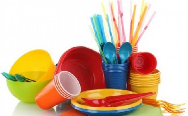 Dispar din magazine betisoarele de urechi, paiele, farfuriile si paharele din plastic