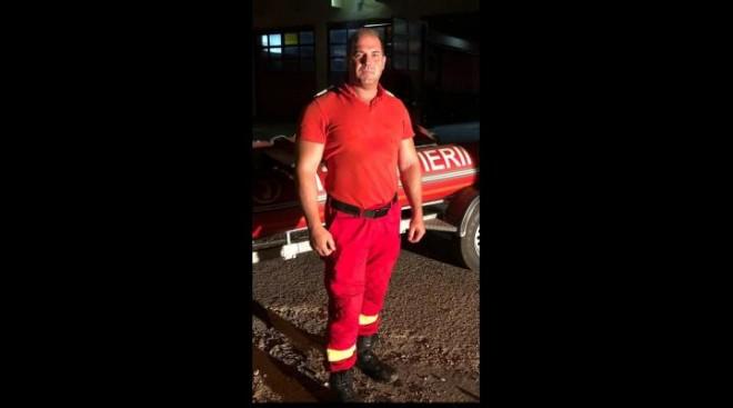El este pompierul care a reusit sa salveze un copil de 10 ani din apele involburate ale fostului baraj de la Poienarii Burchii