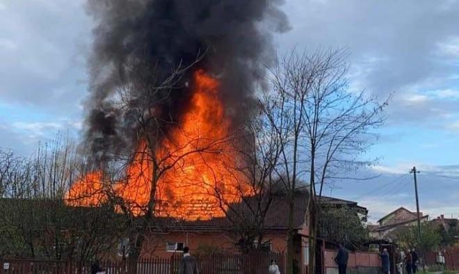 Incendiu la Maneciu Ungureni/ O casa a fost mistuita de flacari