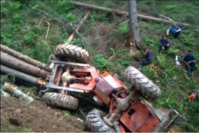 Tragedie in Comarnic. Un tanar de 36 de ani a fost strivit de un tractor forestier rasturnat la Valea Larga