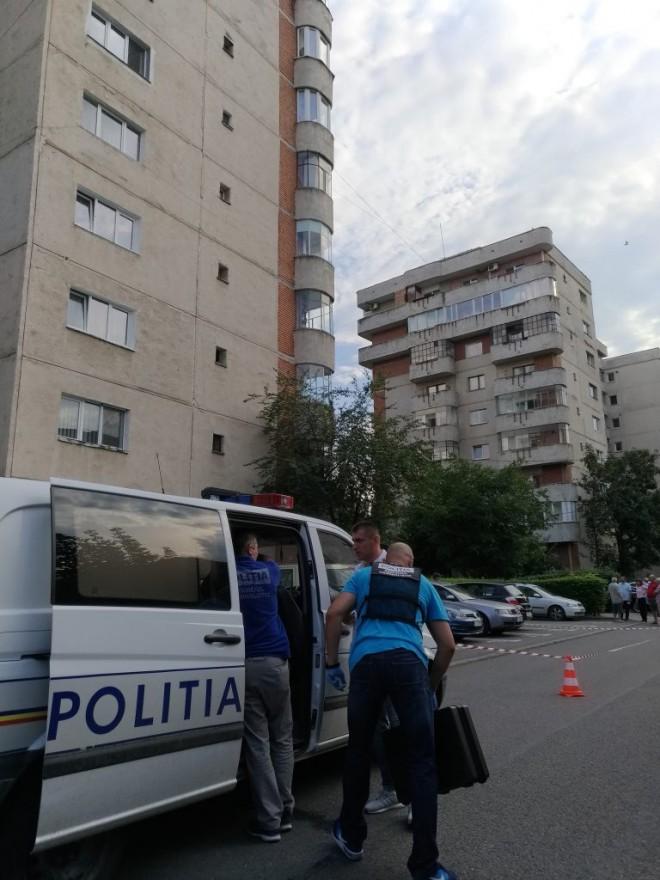 Ploiesti: Un tanar s-a aruncat de pe bloc, in fata politistilor, pe strada Cantacuzino. Acesta a fost declarat decedat