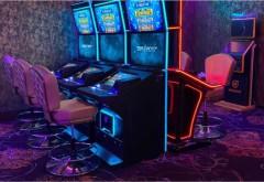 Scandal la o sala de jocuri din Ploiesti. Un tanar care a pierdut banii la pacanele s-a razbunat pe o angajata a firmei: i-a spart geamurile masinii