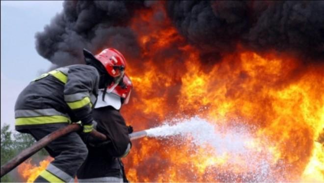 Bãicoi: Incendiu violent pe strada Zorilor. Trei locuinte au fost cuprinse de flacari