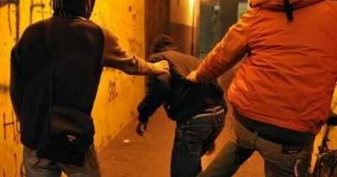 Ploiesti: Doi barbati care au batut doi tineri pentru a le fura telefonul mobil au fost retinuti de Politie. Unul dintre agresori are probleme psihice