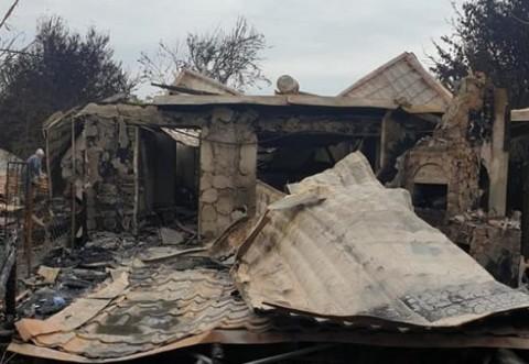 Apel pentru băiețelul uneia dintre familiile rămase fără casă după incendiul de la Băicoi. Focul a mistuit și echipamentele medicale ale copilului grav bolnav
