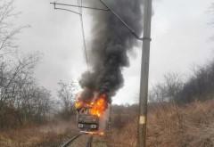 Tren in flacari, la Valea Calugareasca. Pompierii trebuie sa mearga pe jos pentru a ajunge la locul interventiei
