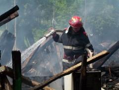 Incendiu devastator într-o comună din Prahova. Un bărbat a fost găsit carbonizat