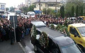 Victimele accidentului sinucigaş de pe DN1 au fost înmormântate. Imagini cu IMPACT EMOŢIONAL