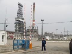 Procurorii sechestrează petrol şi produse petroliere ale rafinăriei Petrotel Lukoil