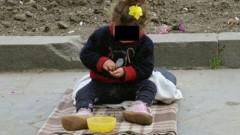 Fetiţă de 2 ani, pusă să cerşească de propria mamă în zona Halelor Centrale