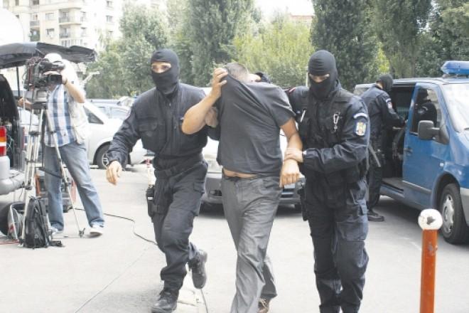 Grupare care a spart 27 de locuinţe şi firme, din Prahova, Dâmboviţa şi Braşov, DESTRUCTURATĂ