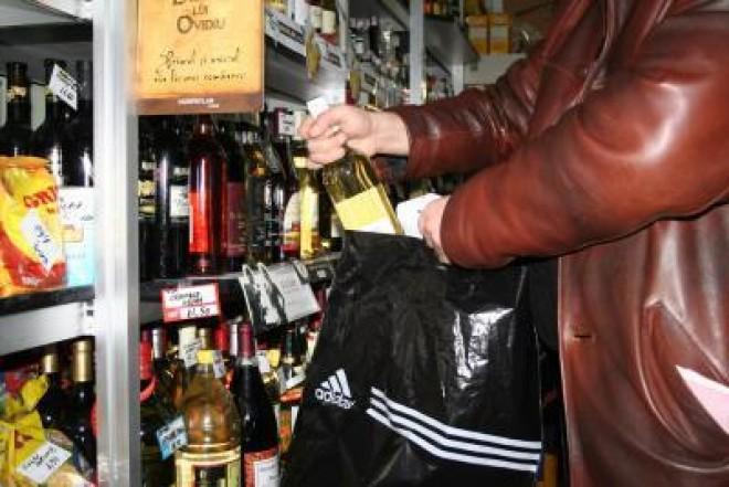 Trei tineri ploieşteni au spart un magazin pentru a fura ţigări şi whisky