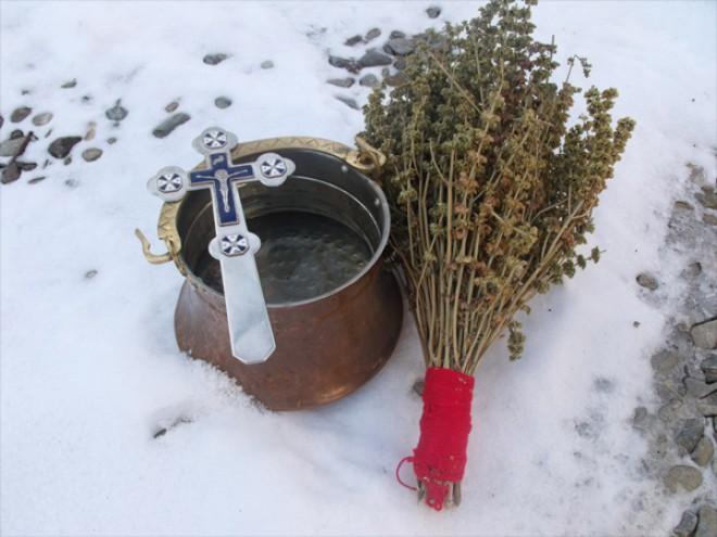 Tradiții și obiceiuri de BOBOTEAZĂ. Ce se întâmplă cu fetele care cad pe gheață
