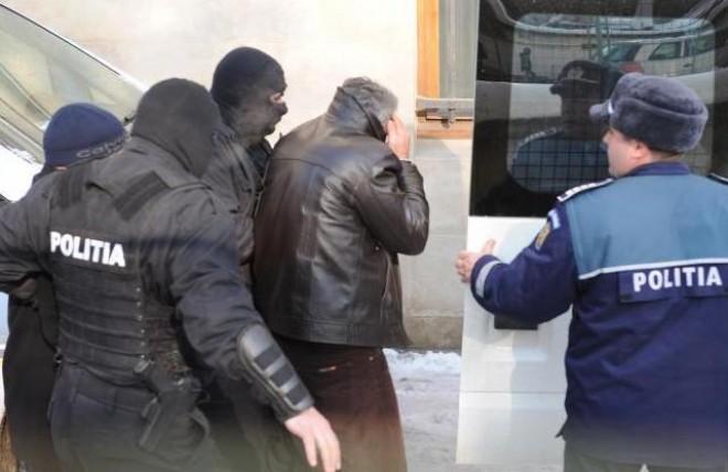 17 persoane REȚINUTE după PERCHEZIȚIILE de ieri! Ce au găsit polițiștii la domiciliile infractorilor